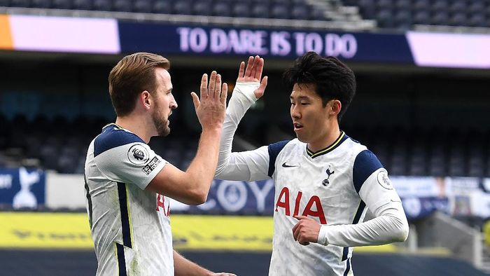 LONDON, ENGLAND - JANUARY 02: Harry Kane of Tottenham Hotspur celebrates with teammate Son Heung-Min of Tottenham Hotspur after scoring their teams first goal from the penalty spot during the Premier League match between Tottenham Hotspur and Leeds United at Tottenham Hotspur Stadium on January 02, 2021 in London, England. The match will be played without fans, behind closed doors as a Covid-19 precaution. (Photo by Andy Rain - Pool/Getty Images)