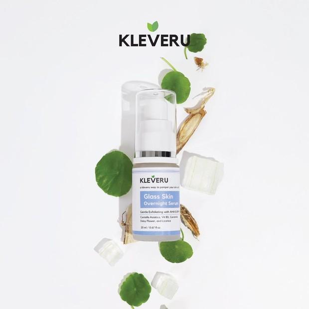 KLEVERU Glass Skin Overnight Serum berfungsi mengangkat sel-sel kulit mati dan mendorong regenerasi sel baru sehingga membuat kulit tampak lebih muda, sehat, juga glowing.