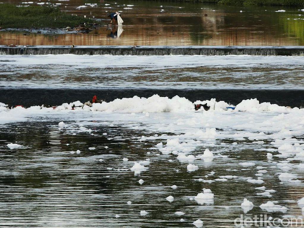 Banjir Kanal Timur di Awal Tahun Penuh Busa Limbah