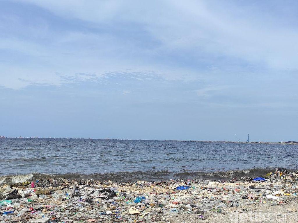 Teluk Jakarta Dilaporkan Ketambahan Sampah Medis, Begini Kondisi Terkini