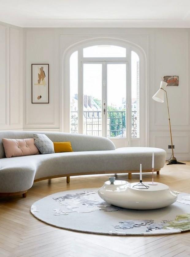 Dengan memilih bentuk sofa setengah lingkaran ini akan menghemat dan memanfaatkan ruangan.