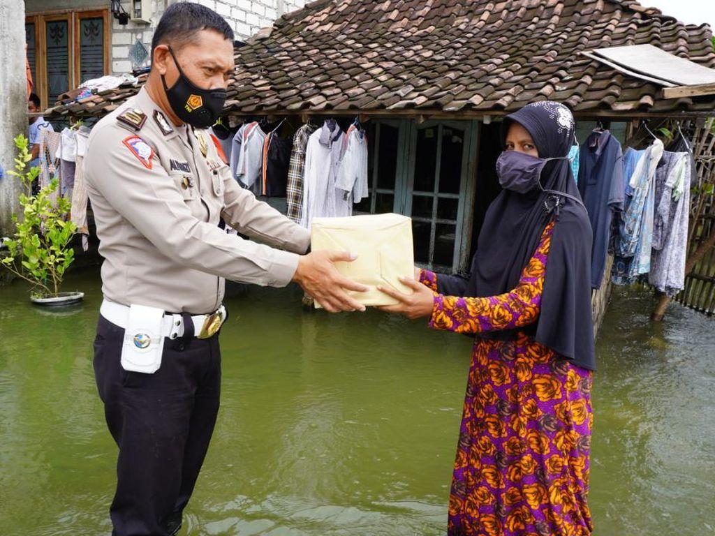 Gresik Masih Terselimuti Banjir, Polisi Terjun Berikan Bantuan