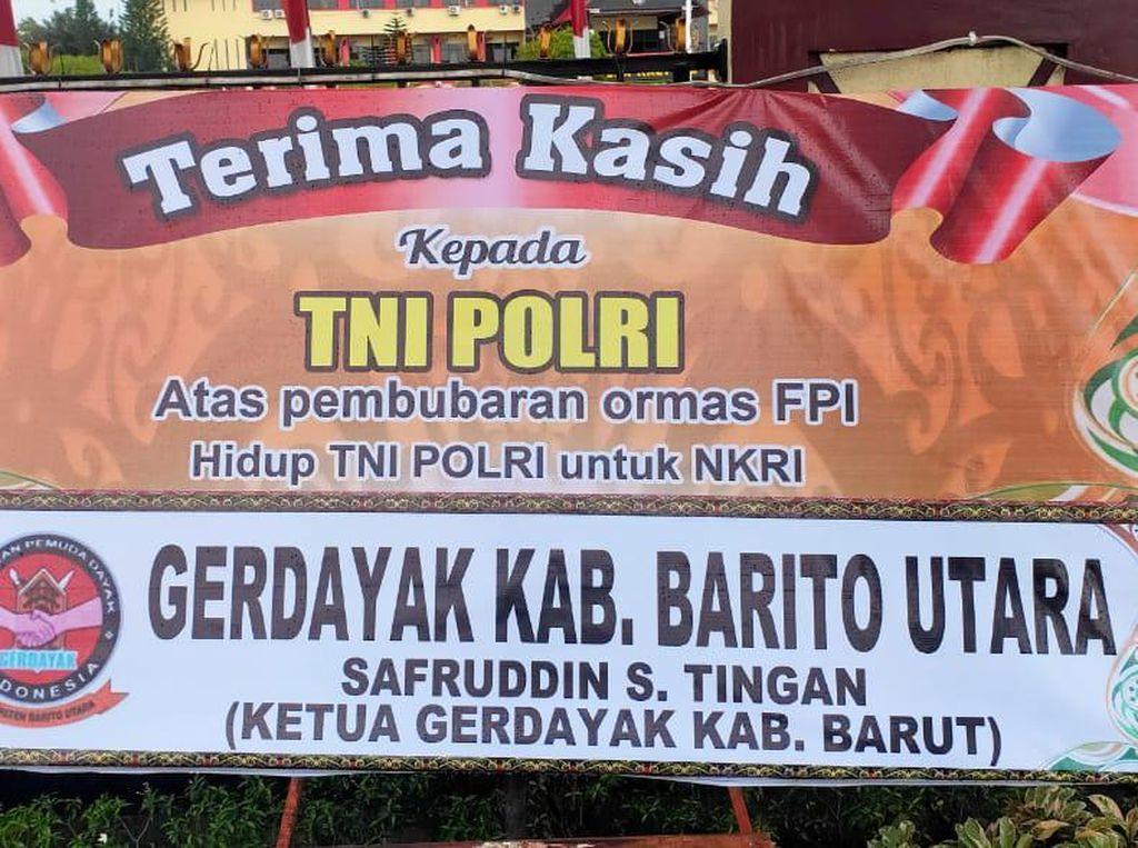 Papan Ucapan Terima Kasih TNI-Polri Bubarkan FPI Berjajar di Mapolda Kalteng