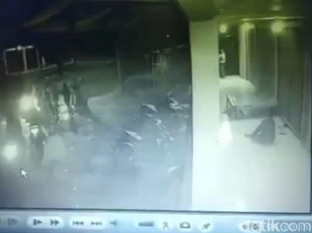 Terekam CCTV! Geng Motor Serang Kafe di Tasikmalaya