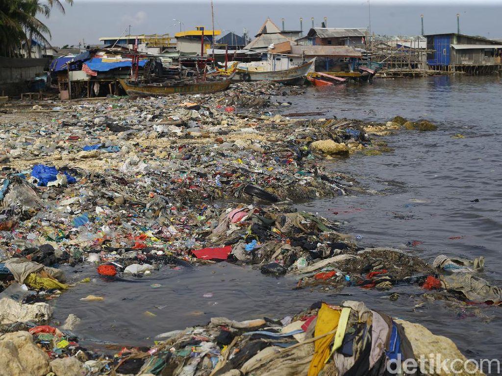 Penampakan Gundukan Sampah di Teluk Jakarta