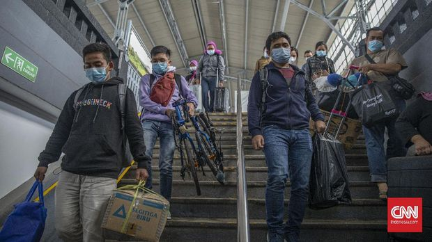 Penumpang kereta Kertajaya tiba di Stasiun Pasar Senen, Jakarta, Minggu, 3 Januari 2021. PT Kereta Api Indonesia (Persero) menyampaikan arus balik libur Tahun Baru 2021 sudah mulai nampak sejak Sabtu (2/1). Pada Sabtu (2/1)  KAI telah menjual 32.729 tiket KA Jarak Jauh. Sementara untuk keberangkatan Minggu (3/1) tiket yang sudah terjual mencapai 39.082 tiket. CNN Indonesia/Bisma Septalisma