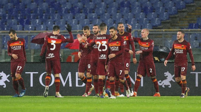 ROME, ITALY - JANUARY 03: Edin Dzeko of Roma celebrates with team mates after scoring their sides first goal during the Serie A match between AS Roma and UC Sampdoria at Stadio Olimpico on January 03, 2021 in Rome, Italy. Sporting stadiums around Italy remain under strict restrictions due to the Coronavirus Pandemic as Government social distancing laws prohibit fans inside venues resulting in games being played behind closed doors. (Photo by Paolo Bruno/Getty Images)