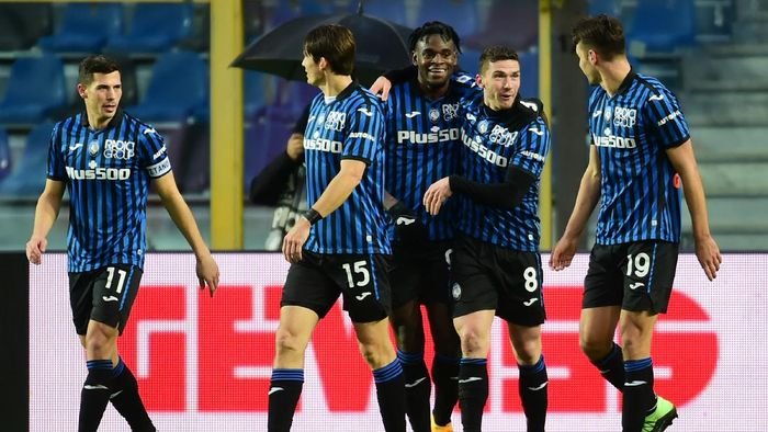 BERGAMO, ITALY - JANUARY 03: Robin Gosens of Atalanta B.C. celebrates with team mates (l - r) Remo Freuler, Marten De Roon, Duvan Zapata and Berat Djimsiti after scoring their sides fourth goal during the Serie A match between Atalanta BC and US Sassuolo at Gewiss Stadium on January 03, 2021 in Bergamo, Italy. Sporting stadiums around Italy remain under strict restrictions due to the Coronavirus Pandemic as Government social distancing laws prohibit fans inside venues resulting in games being played behind closed doors. (Photo by Pier Marco Tacca/Getty Images)