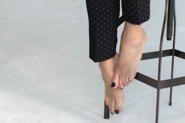 Untuk merawat tumit, mulailah dengan menggunakan kikir kaki setiap dua minggu sekali untuk menghilangkan kulit mati