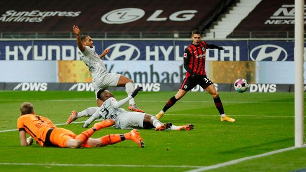 FRANKFURT AM MAIN, GERMANY - JANUARY 02: Edmond Tapsoba of Bayer Leverkusen scores an own goal, Eintracht Frankfurt's second goal, during the Bundesliga match between Eintracht Frankfurt and Bayer 04 Leverkusen at Deutsche Bank Park on January 02, 2021 in Frankfurt am Main, Germany. Sporting stadiums around Germany remain under strict restrictions due to the Coronavirus Pandemic as Government social distancing laws prohibit fans inside venues resulting in games being played behind closed doors. (Photo by Ronny Wittek - Pool/Getty Images)