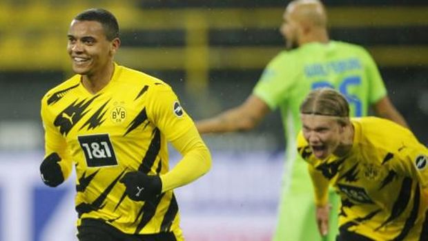 Dortmund's Swiss defender Manuel Akanji (L) celebrates scoring the 1-0 during the German first division Bundesliga football match Borussia Dortmund v VfL Wolfsburg on January 3, 2021 in Dortmund, western Germany. (Photo by Leon KUEGELER / POOL / AFP) / DFL REGULATIONS PROHIBIT ANY USE OF PHOTOGRAPHS AS IMAGE SEQUENCES AND/OR QUASI-VIDEO