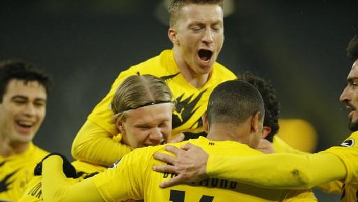 Dortmunds players celebrate scoring the 1-0 during the German first division Bundesliga football match Borussia Dortmund v VfL Wolfsburg on January 3, 2021 in Dortmund, western Germany. (Photo by Leon KUEGELER / POOL / AFP) / DFL REGULATIONS PROHIBIT ANY USE OF PHOTOGRAPHS AS IMAGE SEQUENCES AND/OR QUASI-VIDEO
