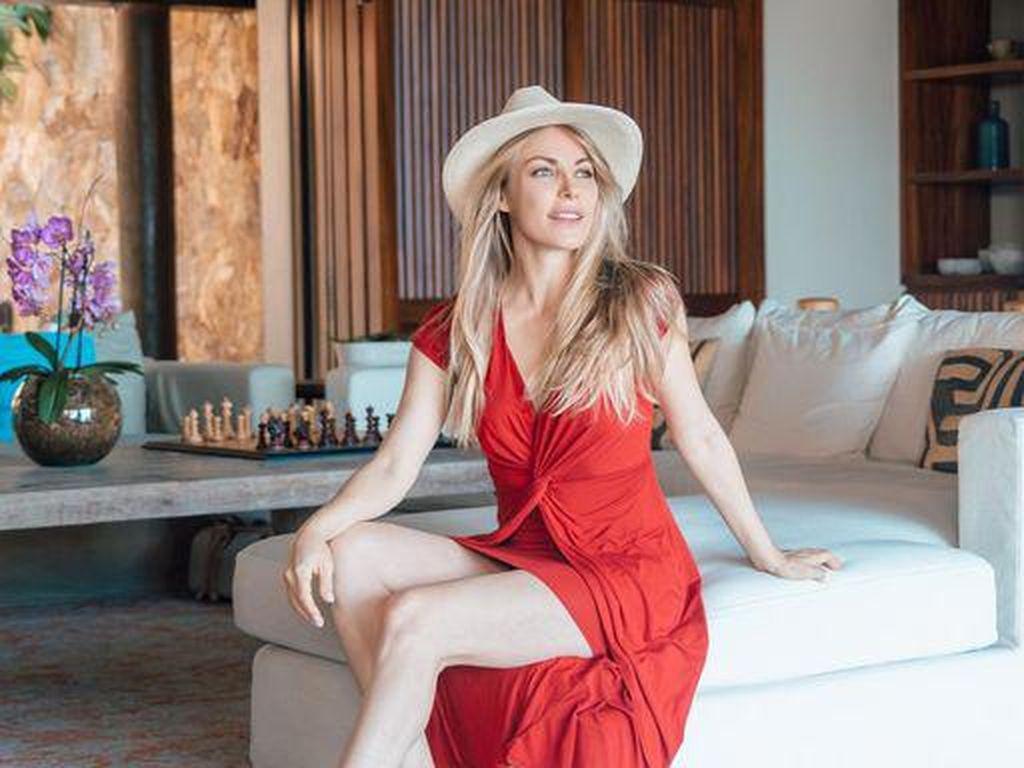 7 Foto Kecantikan Janda Mendiang Bos Playboy, Kini Sudah Punya Pacar Baru