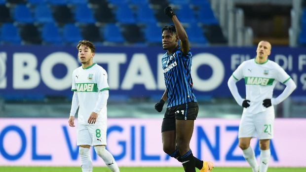 BERGAMO, ITALY - JANUARY 03: Duvan Zapata of Atalanta B.C. celebrates after scoring their sides third goal during the Serie A match between Atalanta BC and US Sassuolo at Gewiss Stadium on January 03, 2021 in Bergamo, Italy. Sporting stadiums around Italy remain under strict restrictions due to the Coronavirus Pandemic as Government social distancing laws prohibit fans inside venues resulting in games being played behind closed doors. (Photo by Pier Marco Tacca/Getty Images)