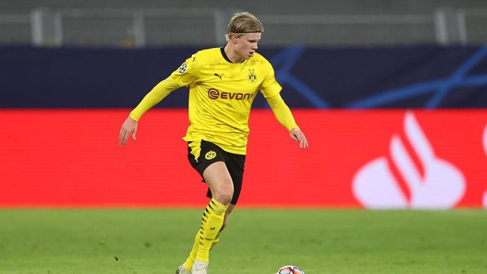 DORTMUND, GERMANY - NOVEMBER 24: Erling Haaland of Dortmund runs with the ball during the UEFA Champions League Group F stage match between Borussia Dortmund and Club Brugge KV at Signal Iduna Park on November 24, 2020 in Dortmund, Germany. (Photo by Lars Baron/Getty Images)