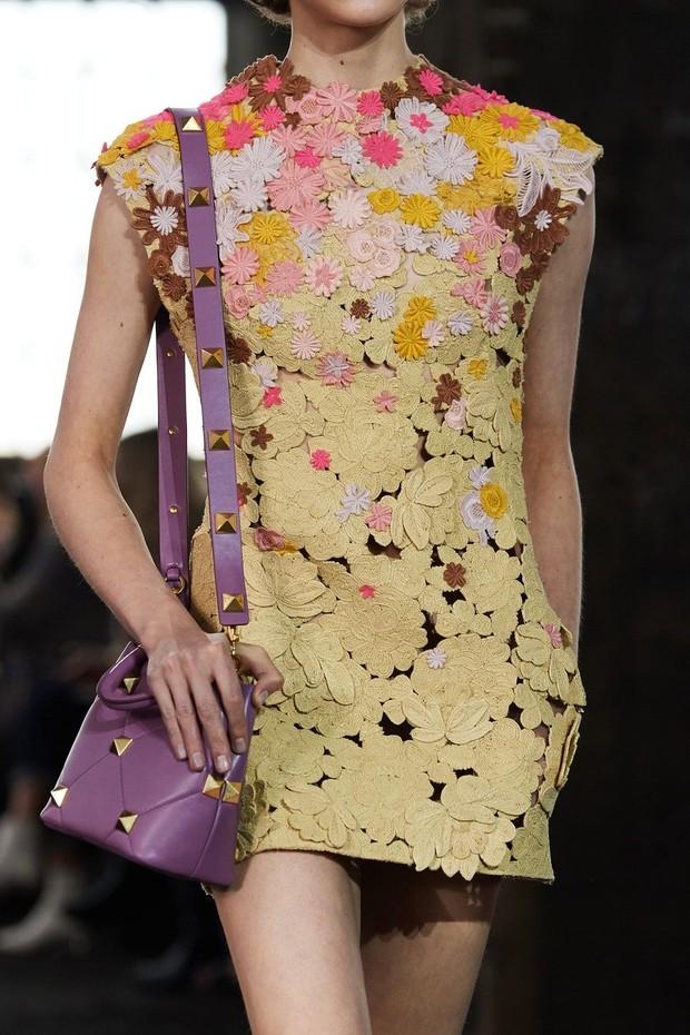 Floral applique dari koleksi Valentino Spring Ready-to-Wear 2021.