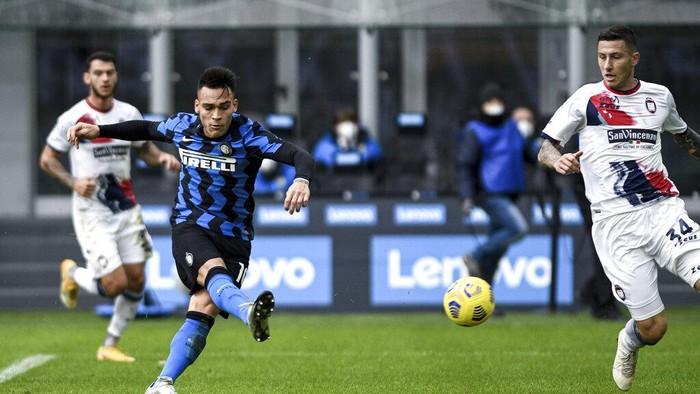 Inter MIlans Lautaro Martinez, left, scores during the Serie A soccer match between Inter Milan and Crotone at the San Siro Stadium in Milan, Italy, Sunday, Jan. 3, 2021. (Piero Cruciatti /LaPresse via AP)