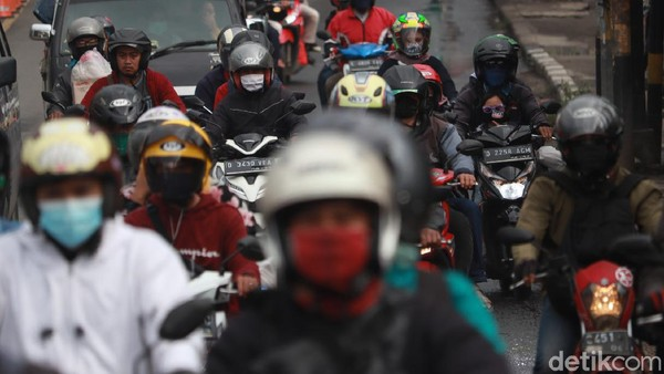 Sejumlah motor wara-wiri melintasi Jalan Raya Cileunyi-Cibiru, Bandung. Arus lalu lintas di kawasan itu tampak ramai saat puncak arus balik libur tahun baru.