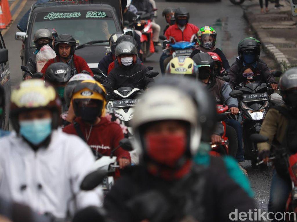 Jalan Cileunyi-Cibiru Ramai Pemotor Saat Arus Balik Libur Tahun Baru