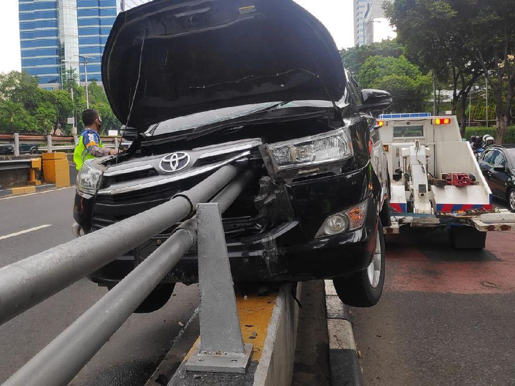 Mobil Tabrak Pembatas Jalan di Gatot Subroto Jaksel, Tiang Tembus ke Dalam