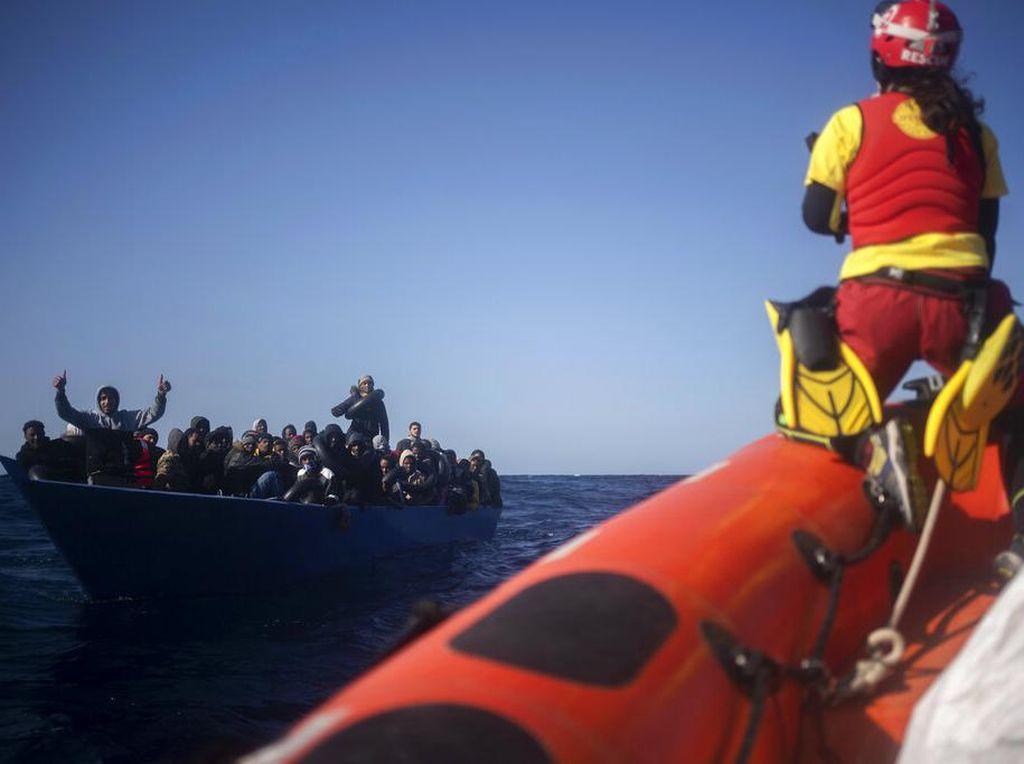 Dramatis! Detik-detik Penyelamatan 365 Imigran di Laut Mediterania