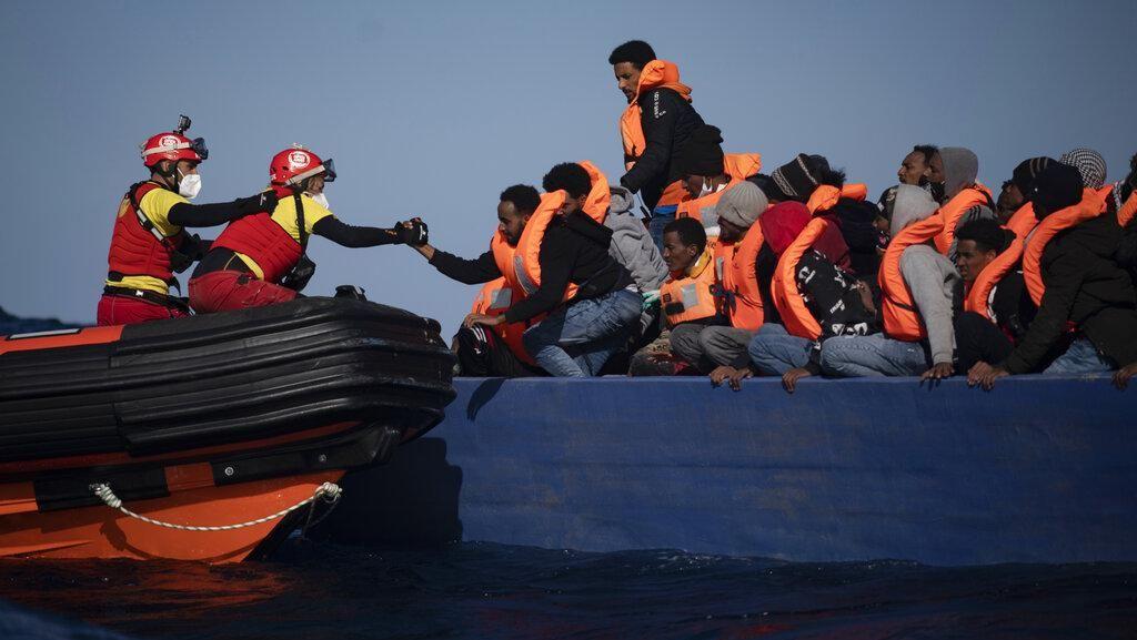 Momen Penyelamatan Migran yang Terombang-ambing di Laut Mediterania