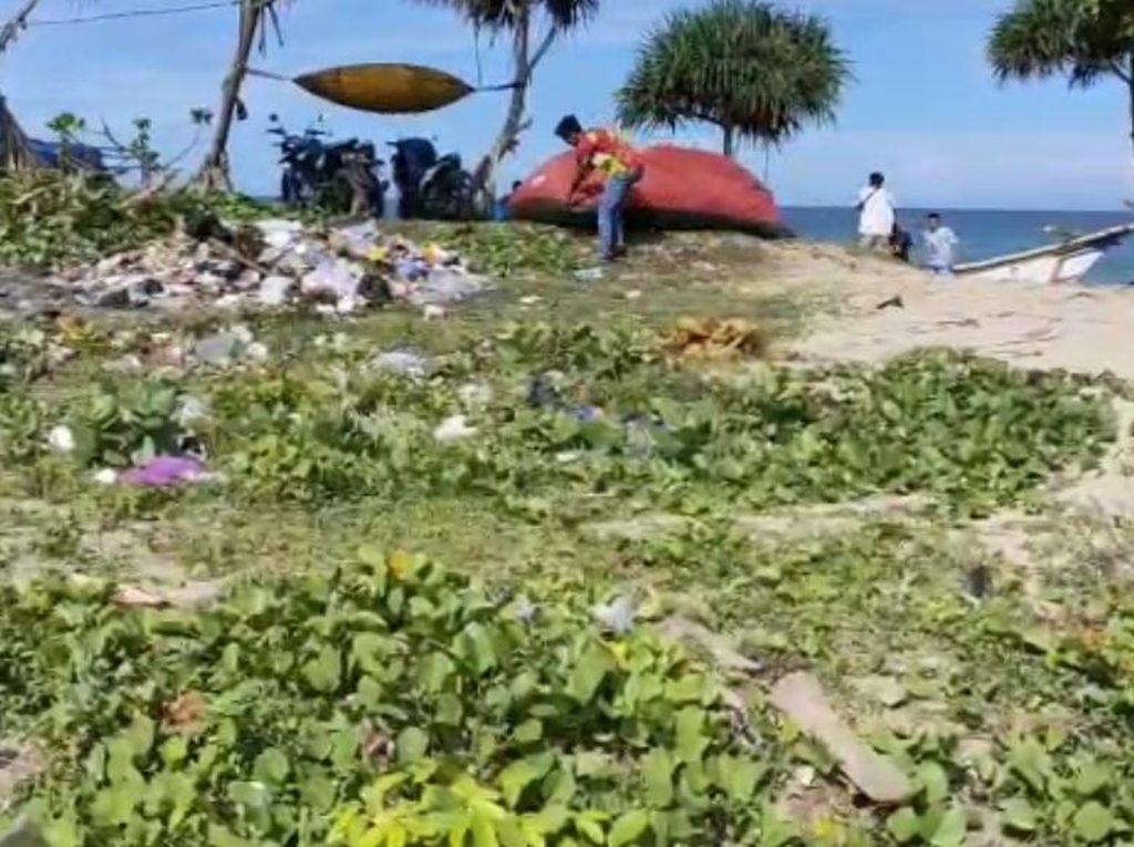 Jorok! Sampah Numpuk di Pantai Santolo Usai Libur Nataru