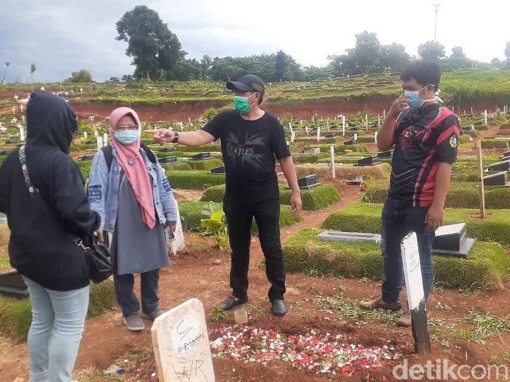 Akhir Pekan, Sejumlah Pelayat Ziarah ke Makam COVID TPU Pondok Ranggon