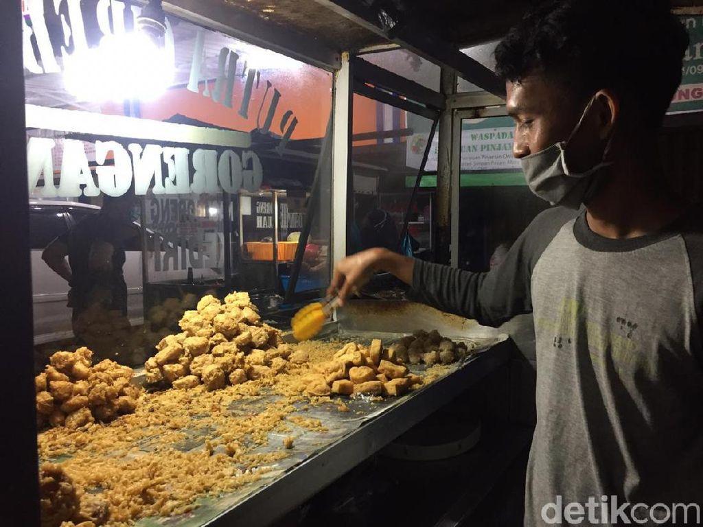 Ngenesnya Pedagang Gorengan di Surabaya Saat Tahu dan Tempe Hilang di Pasaran