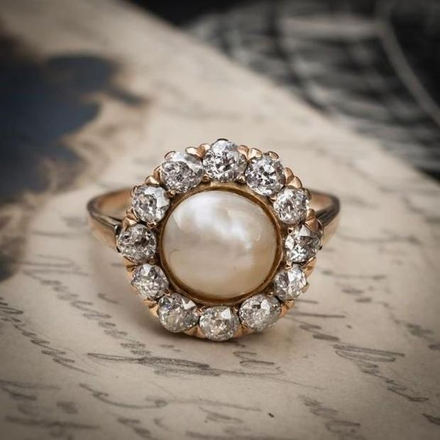 Cincin pernikahan yang antik dan vintage memiliki harga yang sedikit mahal daripada cincin lainnya.