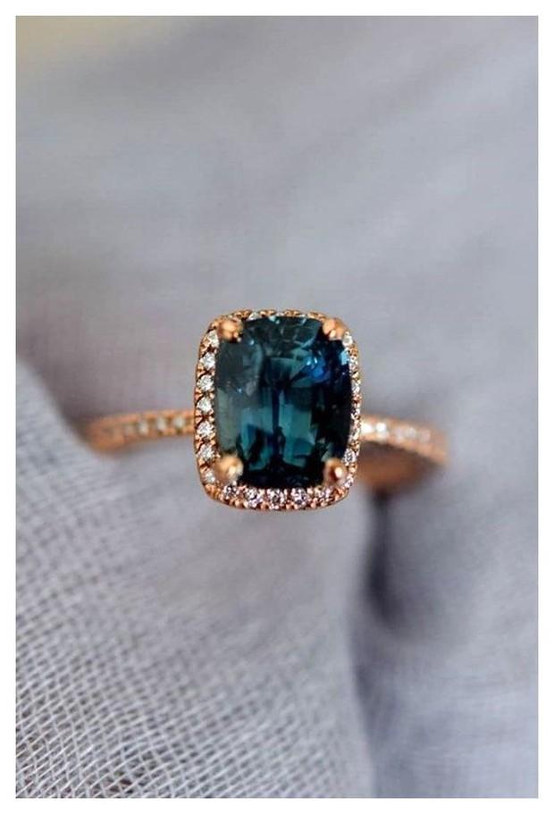 Pilih bentuk dan desain yang sederhana, biarkan warna cincin jadi fokus utama.