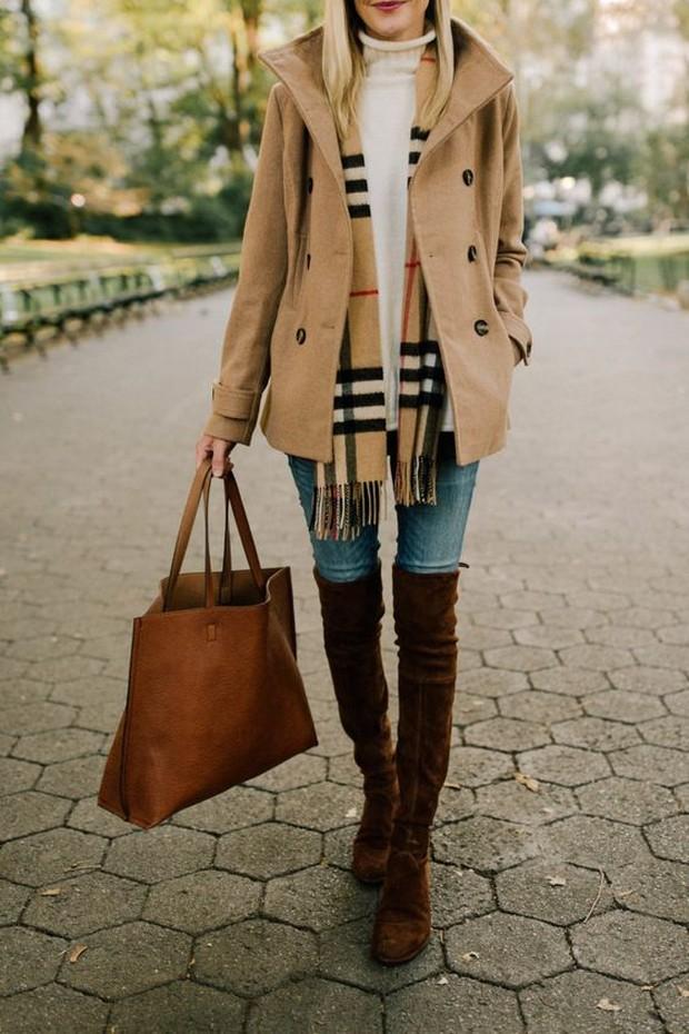 Pertimbangkan untuk memasukan syal kedalam jaket dan memakainya dibagian depan.