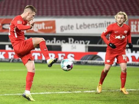 Leipzig's Spanish midfielder Olmo Dani (L) scores the 1-0 goal next to Leipzig's Swedish midfielder Emil Forsberg during the German first division Bundesliga football match VfB Stuttgart v RB Leipzig on January 2, 2021 in Stuttgart, southern Germany. (Photo by THOMAS KIENZLE / various sources / AFP) / DFL REGULATIONS PROHIBIT ANY USE OF PHOTOGRAPHS AS IMAGE SEQUENCES AND/OR QUASI-VIDEO