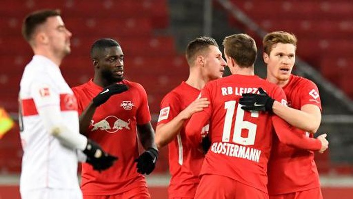 Leipzigs players (R) celebrate after the German first division Bundesliga football match VfB Stuttgart v RB Leipzig on January 2, 2021 in Stuttgart, southern Germany. - Leipzig won the match 1-0. (Photo by Thomas KIENZLE / various sources / AFP) / DFL REGULATIONS PROHIBIT ANY USE OF PHOTOGRAPHS AS IMAGE SEQUENCES AND/OR QUASI-VIDEO