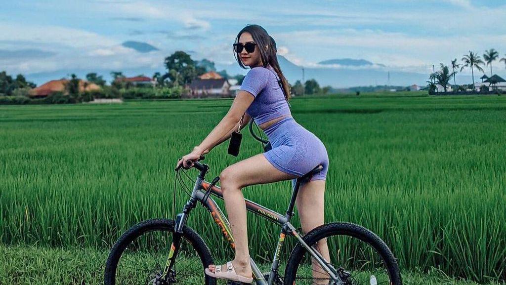 7 Gaya Seksi Anya Geraldine di Bali, Tetap Dipuji saat Jatuh dari Sepeda