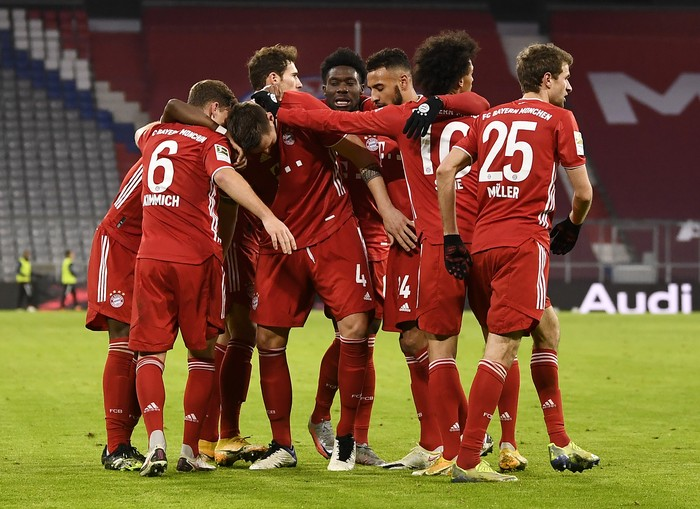 MUNICH, GERMANY - JANUARY 03: Niklas Suele of FC Bayern Munich celebrates with team mates after scoring their sides third goal during the Bundesliga match between FC Bayern Muenchen and 1. FSV Mainz 05 at Allianz Arena on January 03, 2021 in Munich, Germany. Sporting stadiums around Germany remain under strict restrictions due to the Coronavirus Pandemic as Government social distancing laws prohibit fans inside venues resulting in games being played behind closed doors. (Photo by Lukas Barth-Tuttas - Pool/Getty Images)