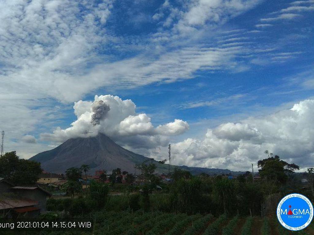 Gunung Sinabung Erupsi 3 Kali Hari Ini, Warga Diminta Jauhi Radius 5 Km
