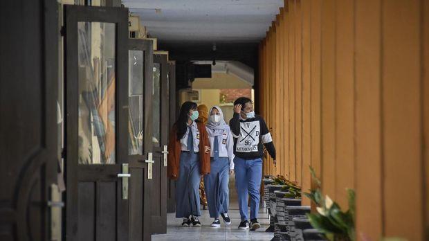 Sejumlah siswa berjalan menuju kelasnya saat hari pertama masuk sekolah pembelajaran tatap muka di SMAN 1 Mataram, NTB, Senin (4/1/2021). Pembelajaran secara tatap muka terbatas di tengah pandemi COVID-19 pada semester genap tahun ajaran 2020/2021 mulai dilaksanakan di wilayah NTB pada Senin (4/1) di sejumlah sekolah jenjang SMA, SMK dan SLB dengan menerapkan protokol kesehatan yang ketat.ANTARA FOTO/Ahmad Subaidi/hp.
