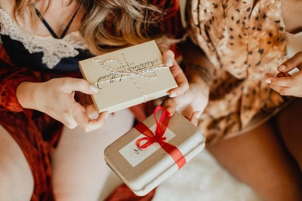 Menodong kado duluan adalah salah satu jawaban kocak saat ditanya kapan nikah
