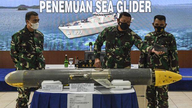 Kepala Staf Angkatan Laut (KSAL) Laksamana TNI Yudo Margono (tengah) didampingi Kepala Pusat Hidrografi dan Oseanografi TNI AL (Pushidrosal) Laksamana Muda TNI Agung Prasetiawan (kanan), dan Asintel KSAL Laksamana Muda TNI, Angkasa Dipua (kiri) menjelaskan tentang penemuan alat berupa 'Sea Glider' saat konferensi pers di Pushidrosal, Ancol, Jakarta, Senin (4/1/2021). KSAL menjelaskan bahwa 'Sea Glider' yang ditemukan oleh nelayan di Kepulauan Selayar, Sulawesi Selatan tersebut berupa alat yang berfungsi untuk mengecek kedalaman laut dan mencari informasi di bawah laut itu akan diteliti lebih lanjut. ANTARA FOTO/M Risyal Hidayat/hp.