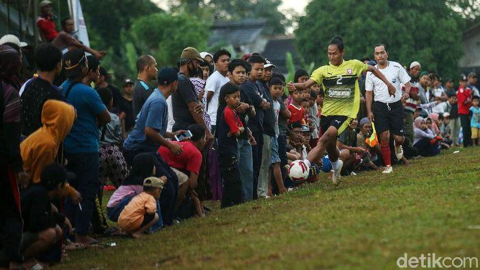 Sejumlah pemain sepakbola bermain di Lapangan Ceringin, Bojong Gede, Jawa Barat, Minggu (3/1/2020). Liga 1 yang tak kunjung digelar membuat sejumlah pemain profesional kini ikut bermain pertandingan antar kampung atau tarkam.