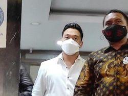 Makin Santai Michael Yukinobu Defretes Jalani Wajib Lapor Kasus Video Seks