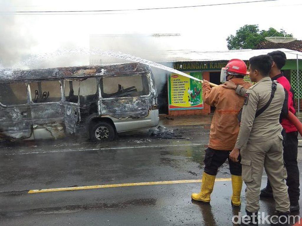 Mobil Elf Terbakar di Tepi Jalan Pantura Saat Ditinggal Sopir Makan