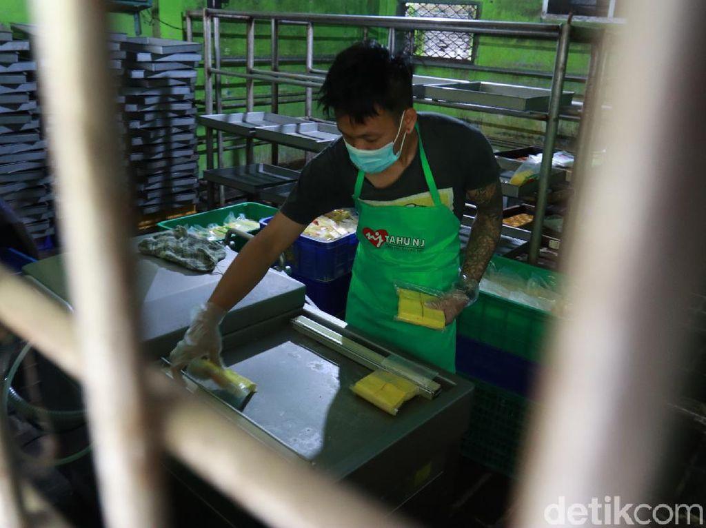 Tetap Produksi, Perajin Tahu Cibuntu Bandung Menaikkan Harga