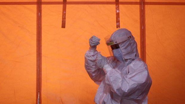 Petugas medis memproses hasil tes swab antigen di Posko dukungan penanganan COVID-19 BPBD DIY di Yogyakarta, Minggu (3/1/2020). Tim Reaksi Cepat BPBD DIY menambah personil relawan untuk mengoptimalkan dukungan penanganan pandemi COVID-19 di Yogyakarta khususnya proses pemakaman dan dekontaminasi. ANTARA FOTO/Hendra Nurdiyansyah/rwa.