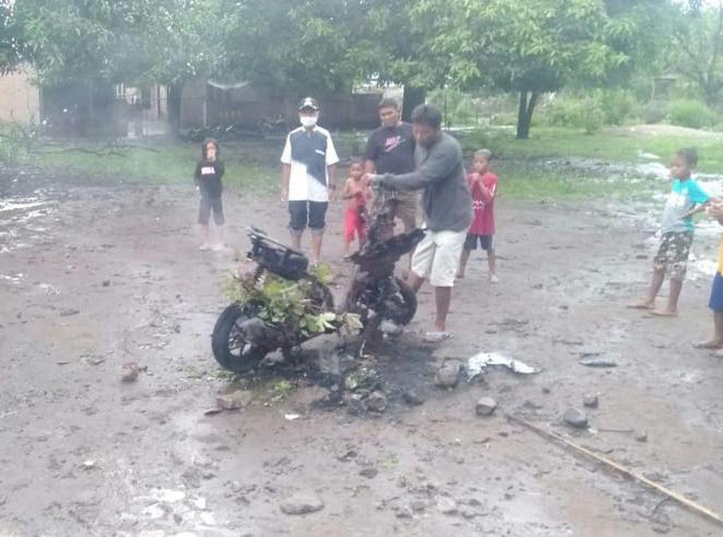 Tukang Parkir di Pantai Buntu Bima Dibacok, Motor Pelaku Dibakar Warga