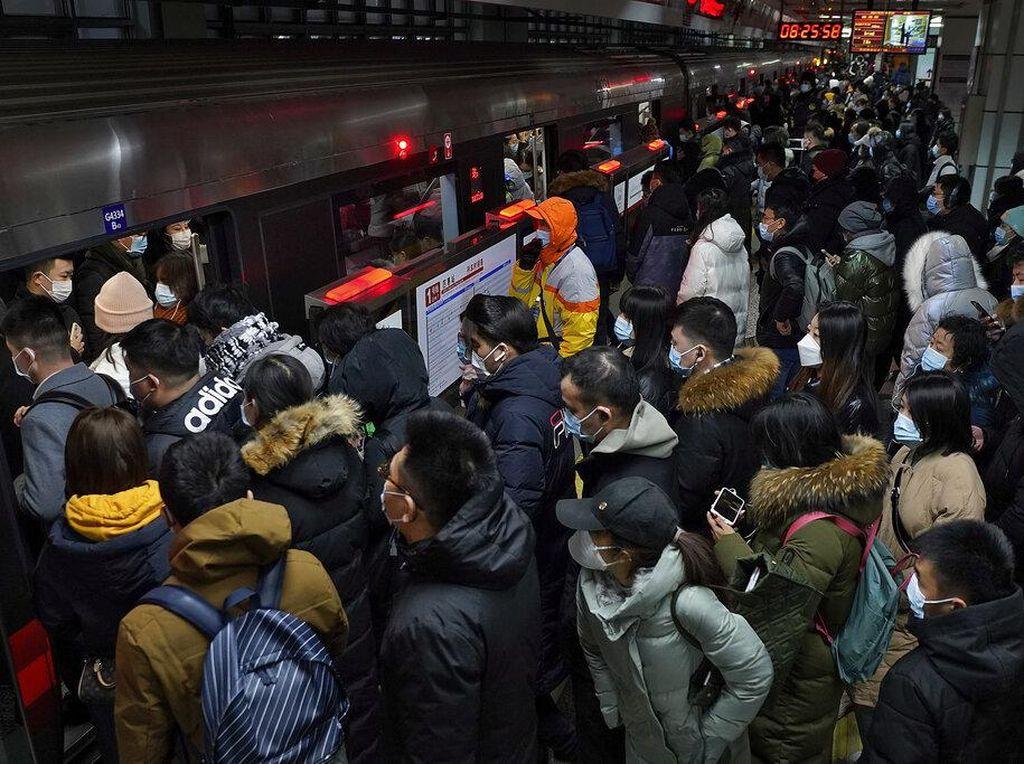 Corona Makin Ganas, Penumpang di Stasiun Beijing Membludak