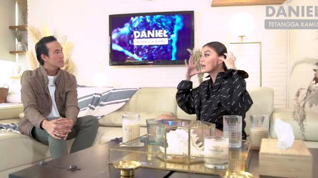 Agnez Mo saat ngobrol dengan Daniel Mananta