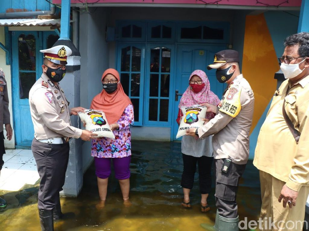 Ada Pembagian Sembako-Pengobatan Gratis Bagi Warga Gresik Terdampak Banjir
