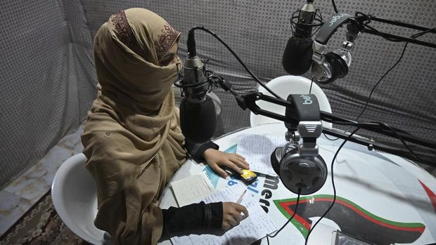 In this photo taken on September 29, 2020, disc jockey Habiba Quraishi, 19, speaks during a broadcast at the Merman radio station in Kandahar. - Once the epicentre of the Talibans iron-fisted Islamist government, Kandahar city in Afghanistan's restive south is slowly transforming into a vibrant urban centre dotted with bustling cafes, co-ed universities -- and even a women's gym. (Photo by WAKIL KOHSAR / AFP) / TO GO WITH Afghanistan-conflict-Kandahar-culture,FOCUS by Elise BLANCHARD